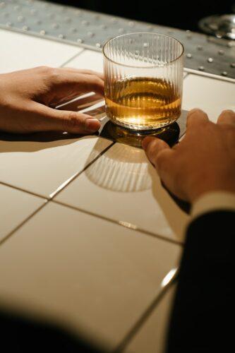 Hoe kan je omgaan met een werknemer die alcoholist is?